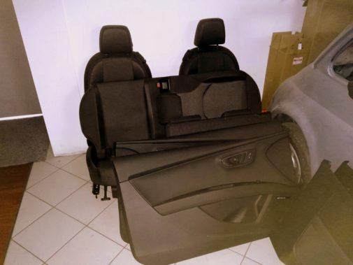 smontaggio interni per modifica sedili e pannelli in pelle